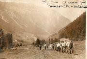 073-Foto  01671 - Im Schattenbergrüteli mit Bergführer Gasser an der Spitze. Sicht auf altes Porthaus und Stall sowie den  3 Käsegädeli