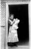 Foto 04224 - Mutter mit Kind beim Rest. Tourist 1913