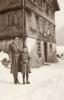 Foto 09270 - Gasser Marie und Klara vor der alten Post