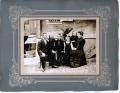 Foto 06345 - Familie Gasser-Gasser vor der Säge ca. 19212 - Hoisel's