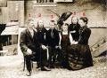 Foto 06346 - Familie Gasser-Gasser vor der Säge ca. 19212 - Hoisel's