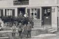 Foto 109 - Bi z'Karis vor Haus- und Ladeneingang ca. 1924