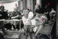 Foto 139 - Familienrunde bi z'Karis vor dem Hauseingang 1946