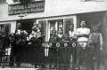 Foto 574 - Familie Aschwanden vor dem Laden