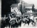 Foto 004 - Glockenaufzug 1934 - Ehrendamen ? und Musik