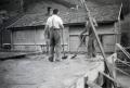 Foto 018 - Hausbau Kari und Josy Aschwanden-Zurfluh - Im Hintergrund das verlotterte Pfarrhelferhaus