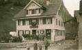 Foto 09189 - Bi zKaris vor Haus- und Ladeneingang ca 1922 - Personen auch auf Foto 109